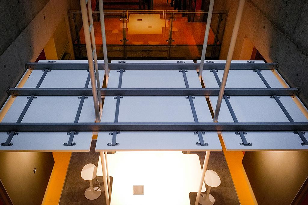 Detailansicht des abgehängten Deckenelements mit Akustikpanelen in der imba creative zone