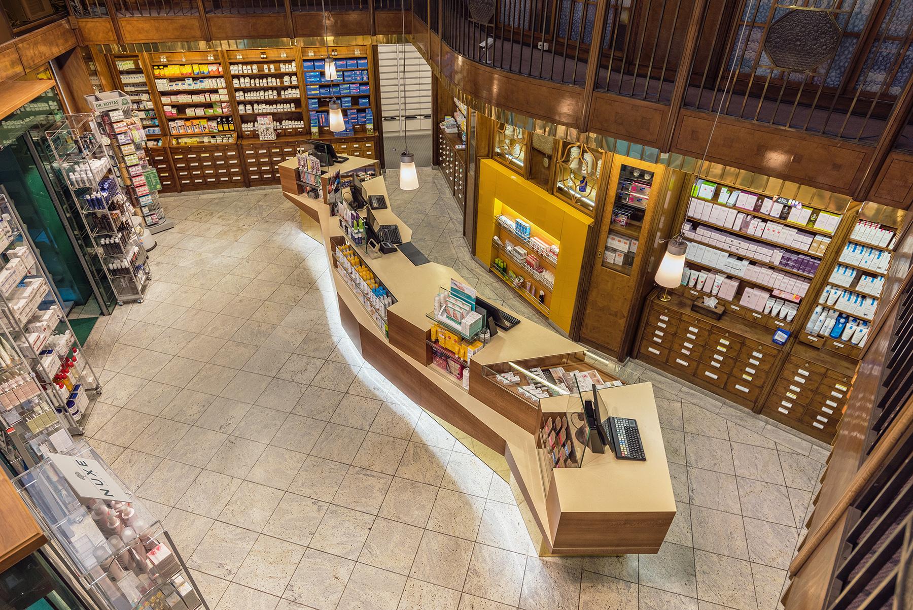 Blick von Oben auf den gesamten Innenraum der internationalen Apotheke