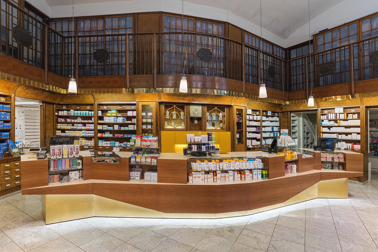Frontalansicht des Verkaufspults in der internationalen Apotheke, gestaltet von Studio Thörnblom