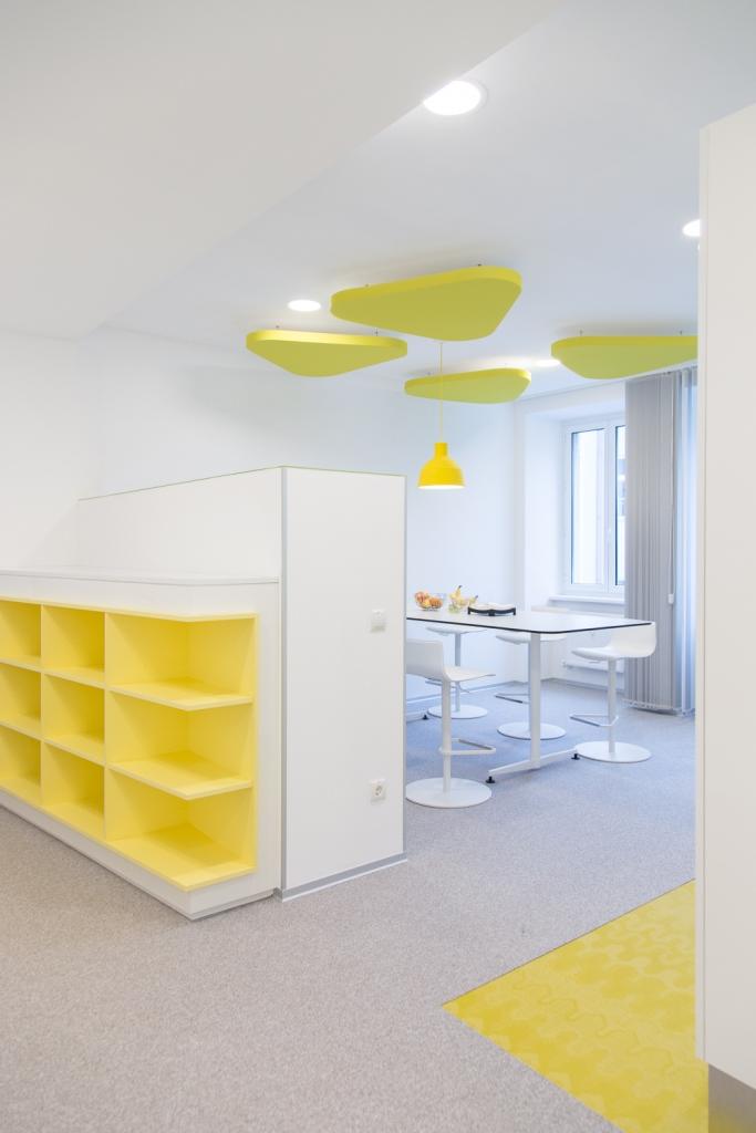 Büro im KFV. Detailansicht der Regalelemente mit gelben Details