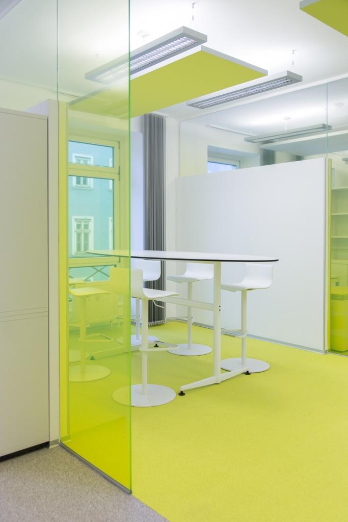 KFV Besprechungsraum. Blick von Außen mit sichtbarer Abtrennung durch gelben Boden
