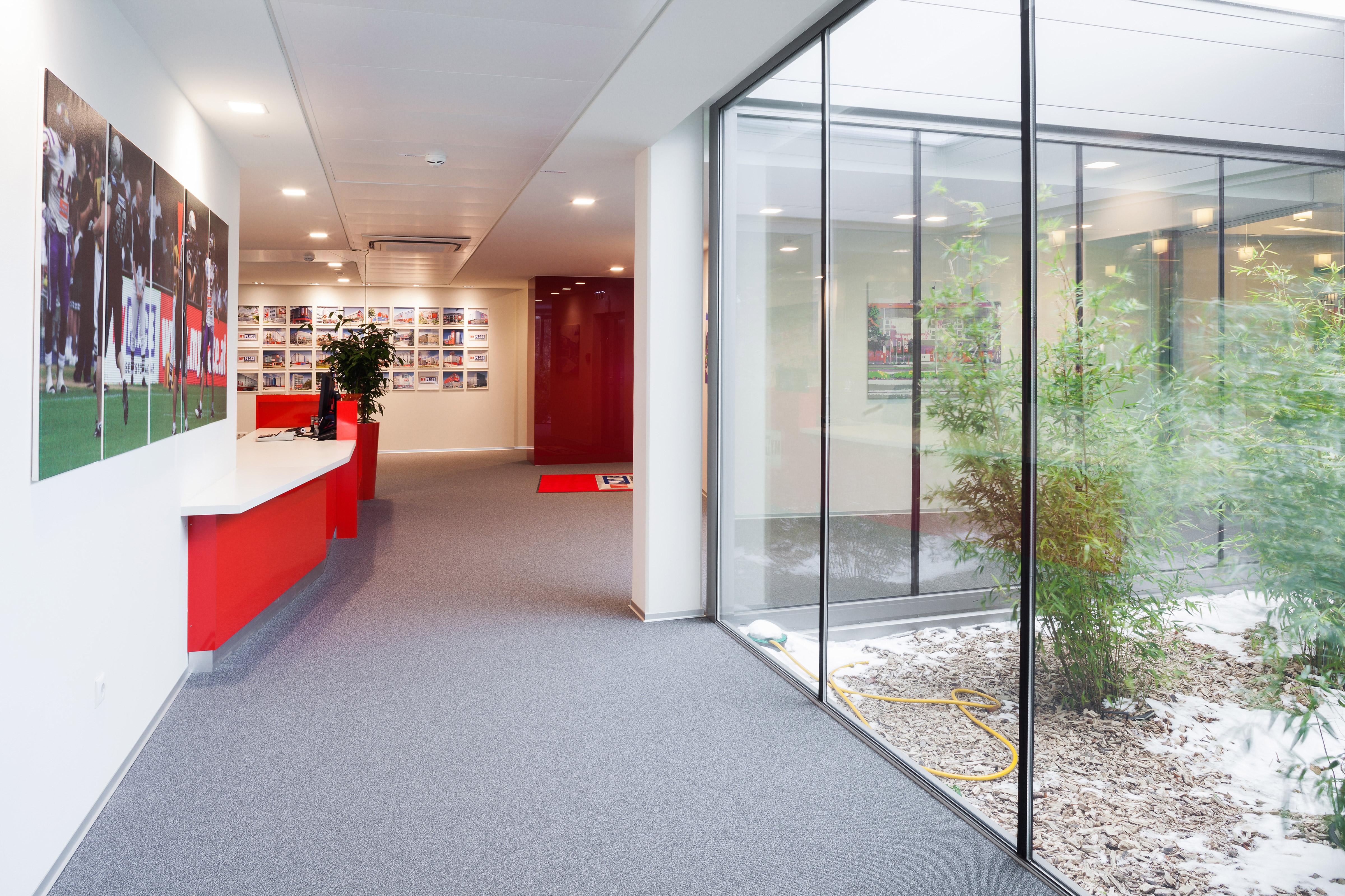 Myplace Empfangsbereich und Glasfront mit Blick auf Grümfläche