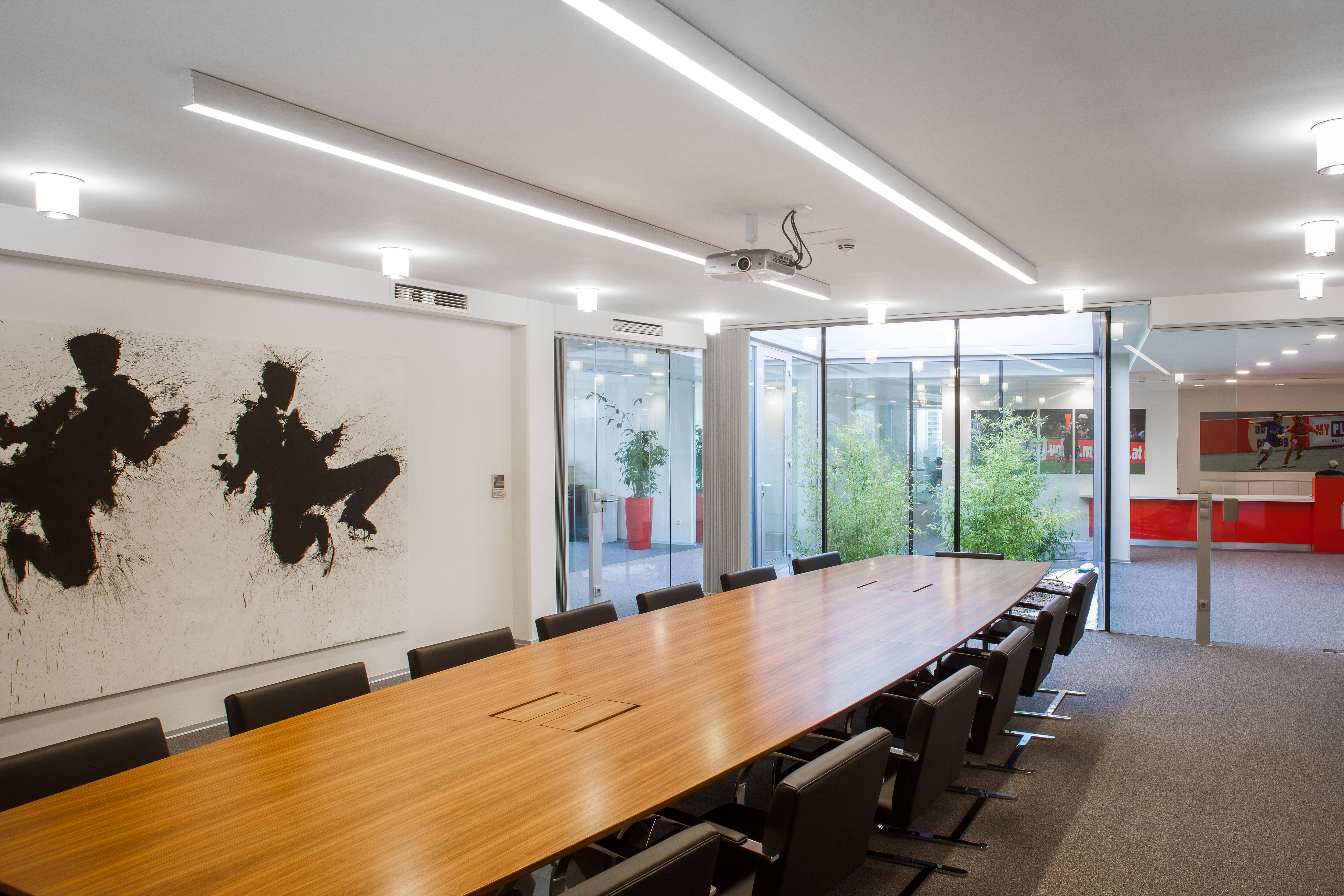 Myplace Meetingraum mit langem Holztisch