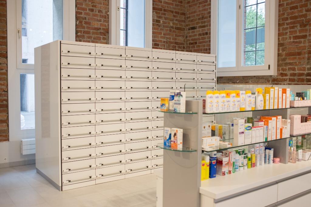 Verkaufsregal und Schubladenelement in der Apotheke am Handelskai