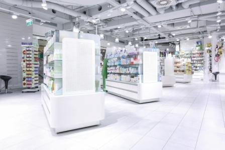 Innenbereich mit Regalsystemen in der Millenium Apotheke in der Millenium City