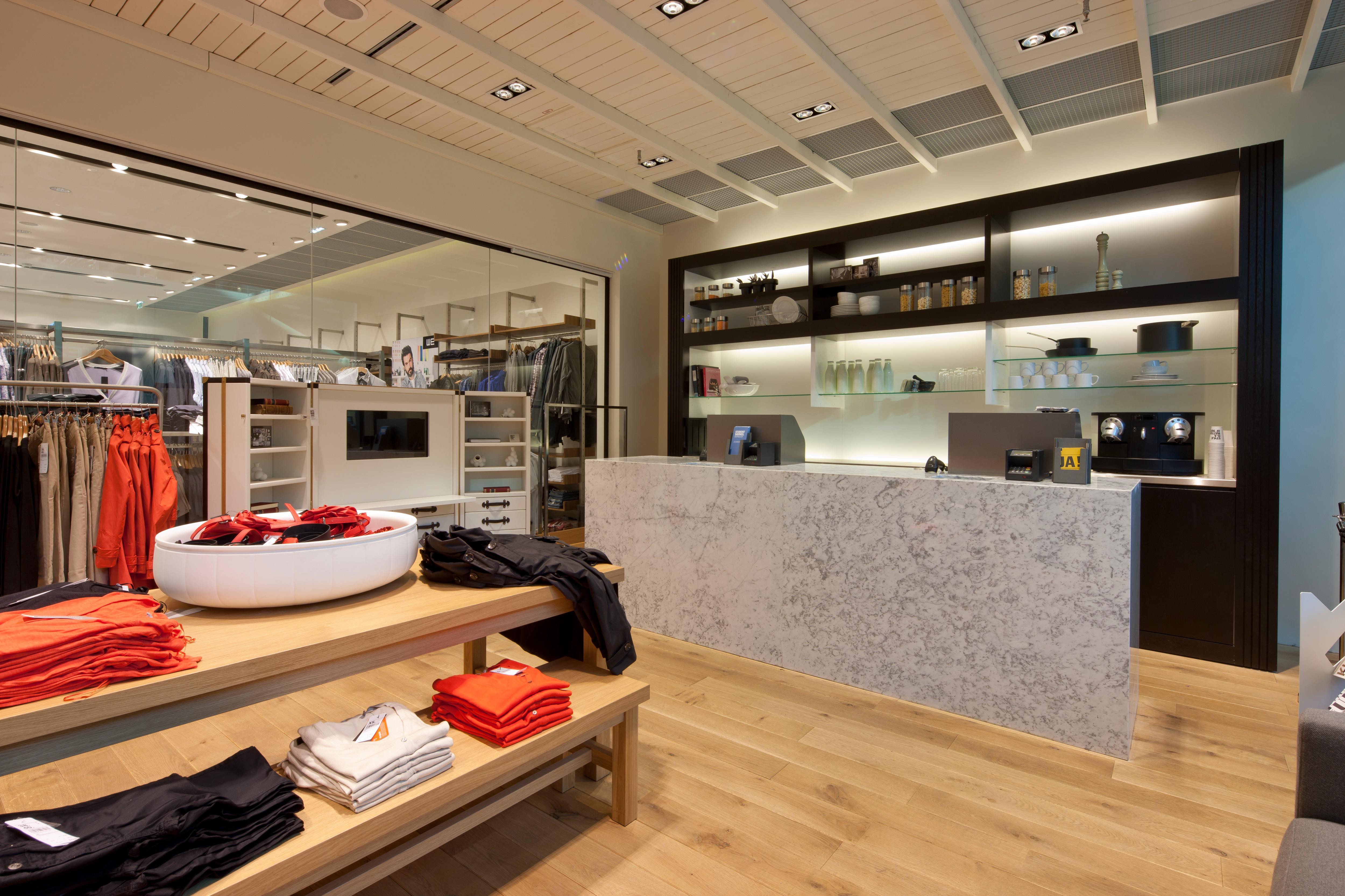 Innen- und Kassenbereich von We Fashion im Donauzentrum und im Shoppingcenter Süd