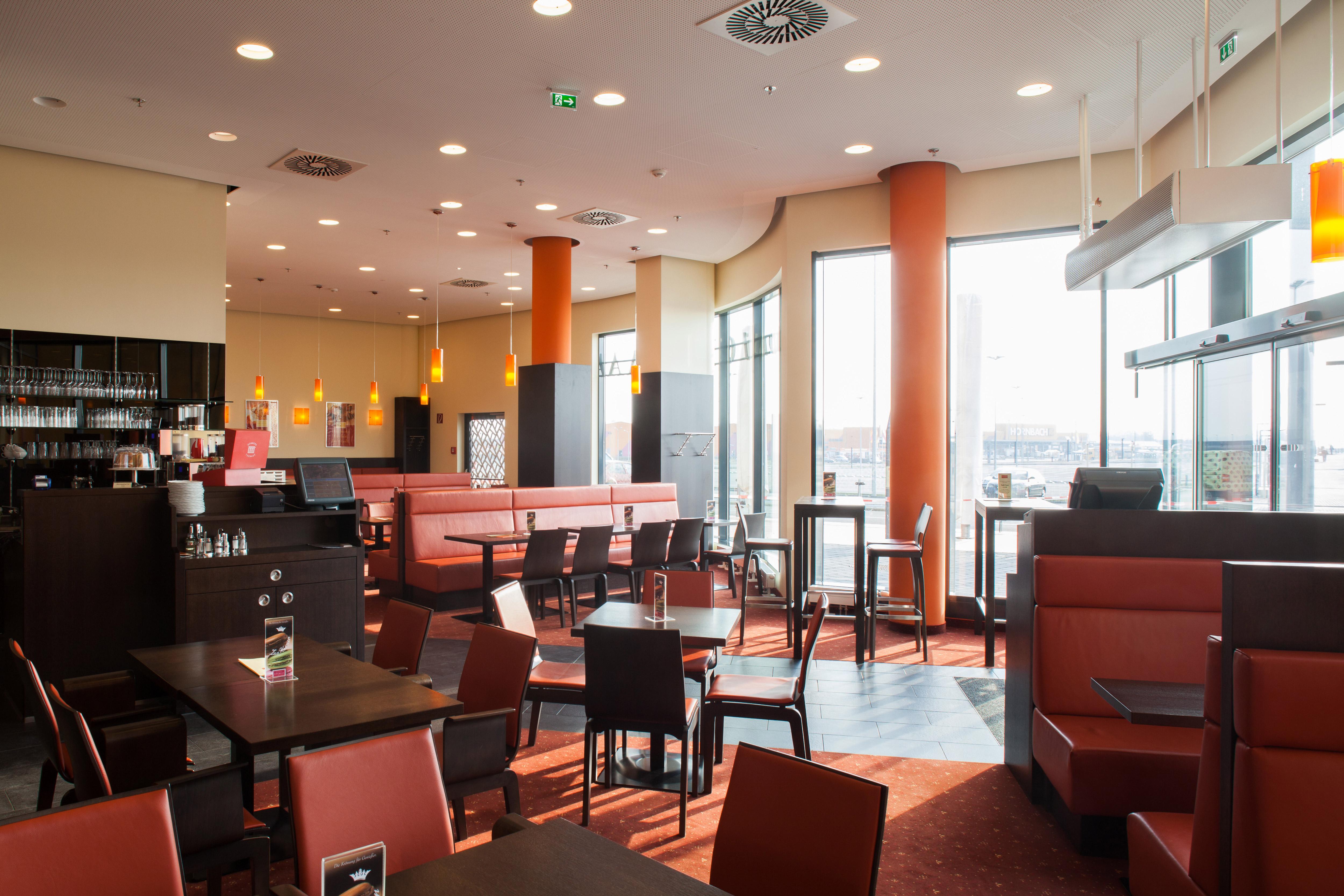 Sitzbereich in der Oberlaa Konditorei im G3 Shopping Resort bei Gerasdorf
