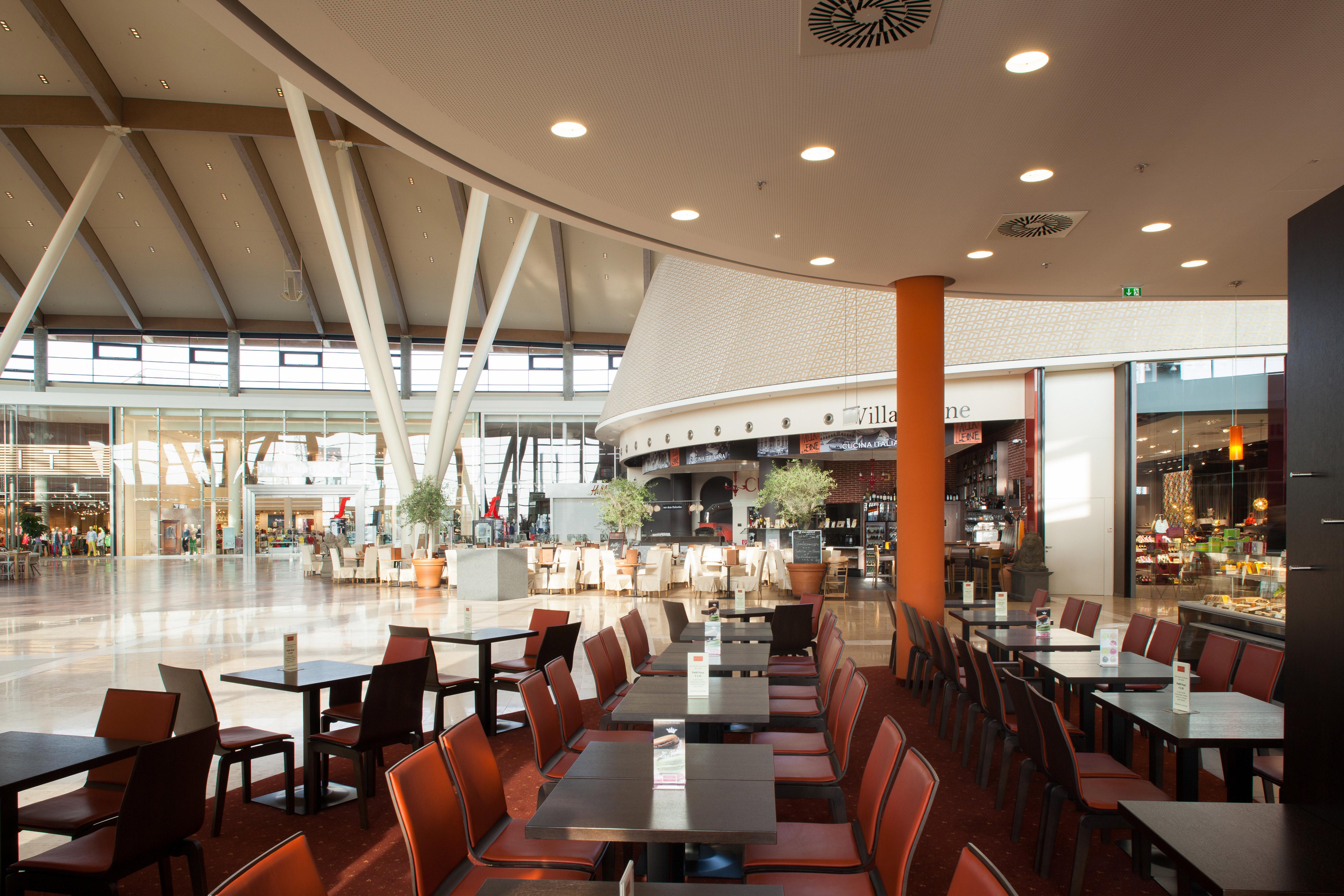 Sitzbereich mit Blick auf das Shoppingcenter in der Oberlaa Konditorei im G3 Shopping Resort bei Gerasdorf