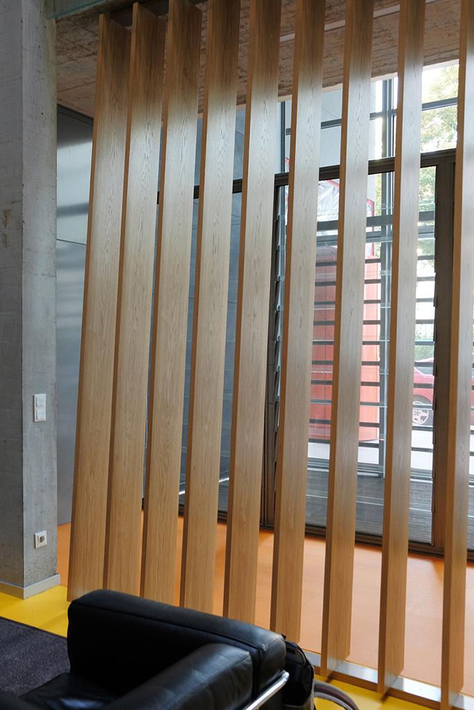 Indirektes Licht durch Holzstreben im imba Eingangsbereich