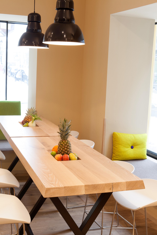 Detailansicht der Tische mit Früchten in der Rauch Juice Bar in der Neubaugasse Wien