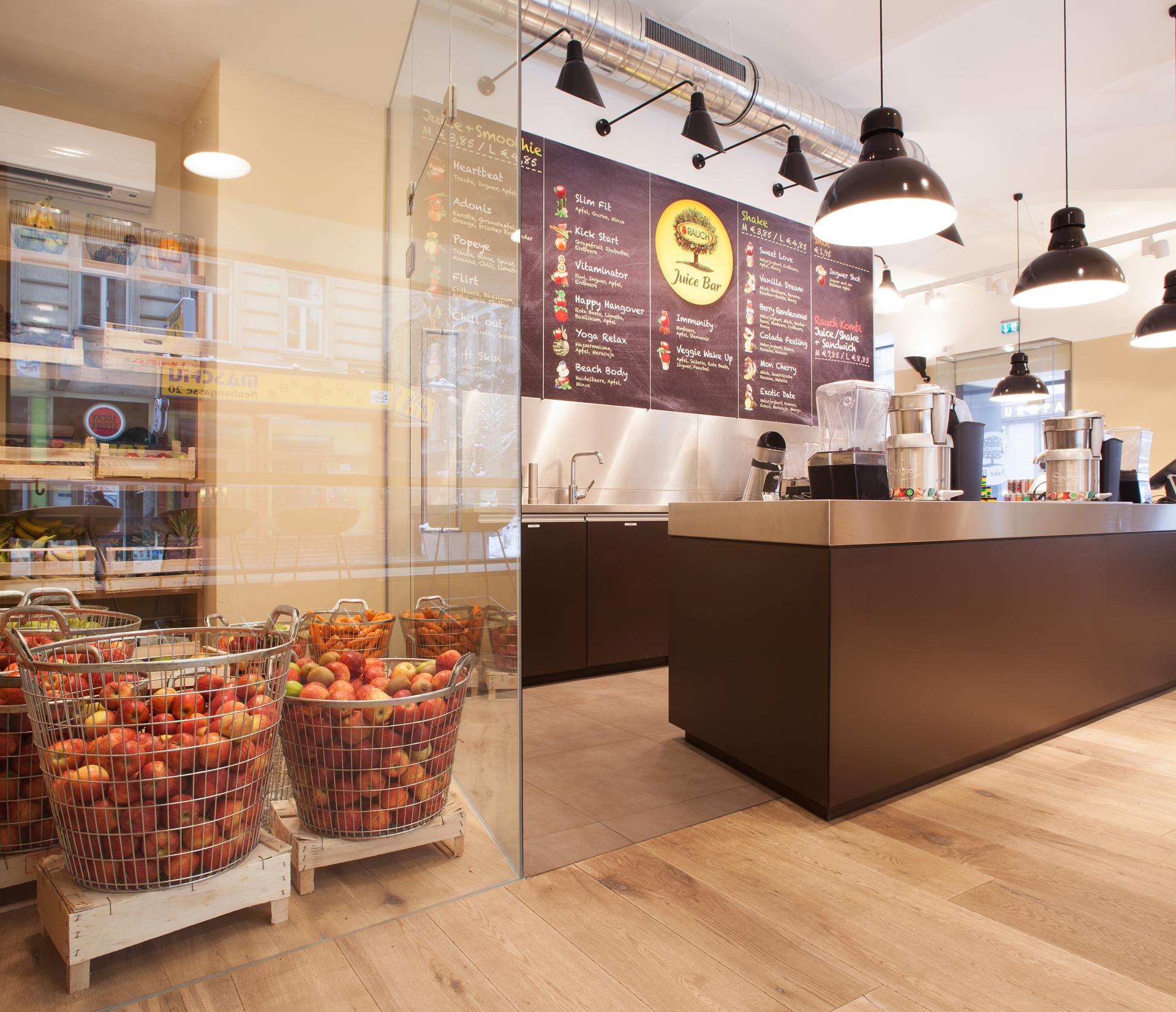Detailansicht des Verkaufstresens und der Obstkörbe in der Rauch Juice Bar