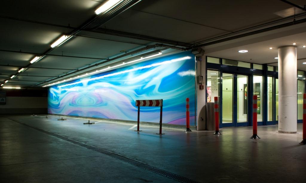 Beleuchtete, blaue Fassade des Polus City Center, designed von Studio thörnblom