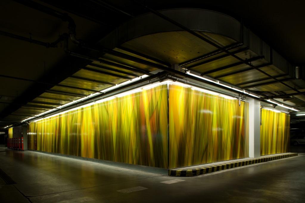 Beleuchtete, gelbe Fassade des Polus City Center, designed von Studio thörnblom