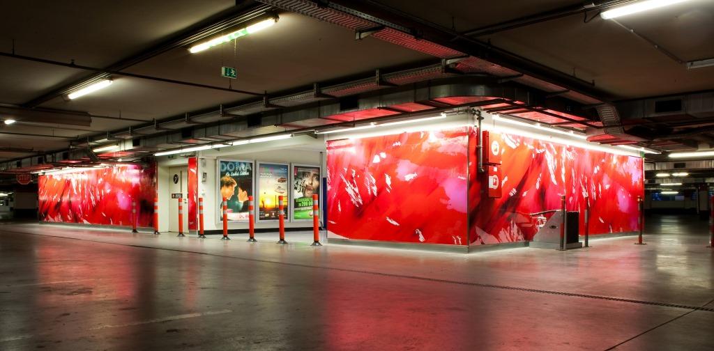 Beleuchtete Fassade des Polus City Center, designed von Studio thörnblom