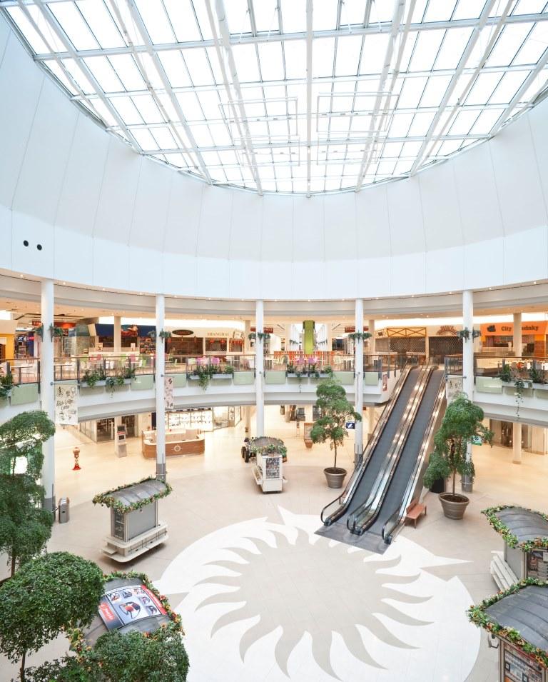 Rolltreppenbereich und Detailansicht der großen Deckenfenster, Ansicht der Gallerien und Shops im Polus CityCenter