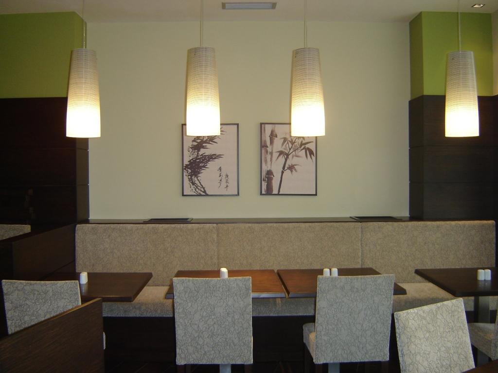 Detailansicht: Sitzbereich und Lampen, im Restaurant Yamato, designed von Studio Thörnblom