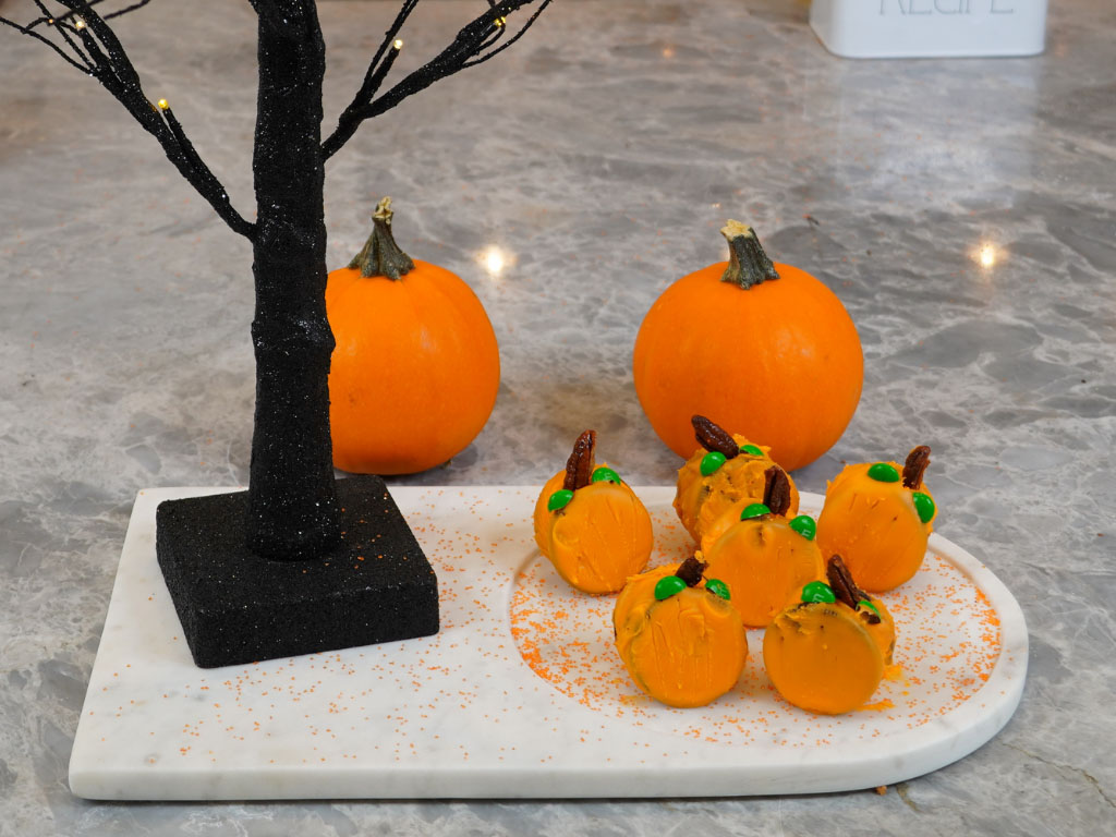 Attempting Tiktok Halloween Recipes: Pumpkin Oreo Treats!