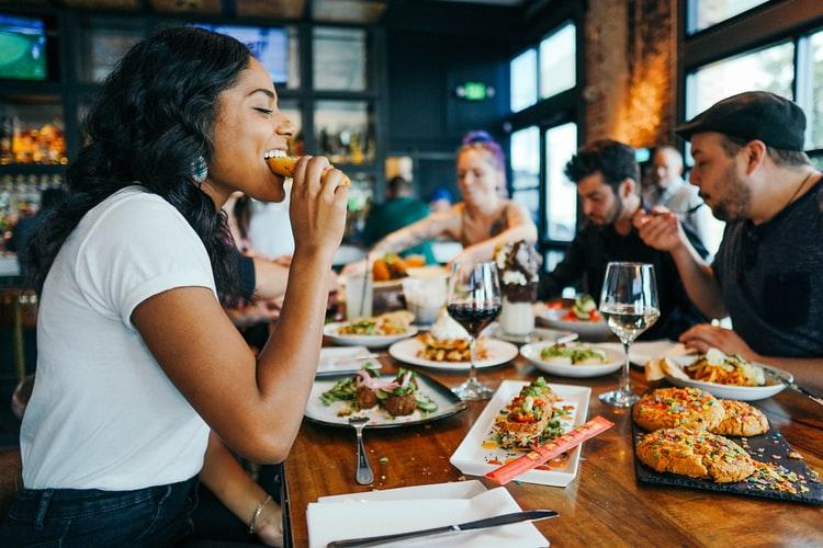 collegues mangeant ensemble