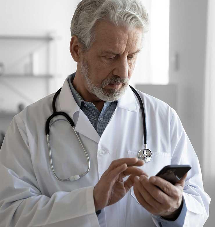 """Ein Facharzt erhält eine Mitteilung über die ReAct """"Call to action"""" App."""