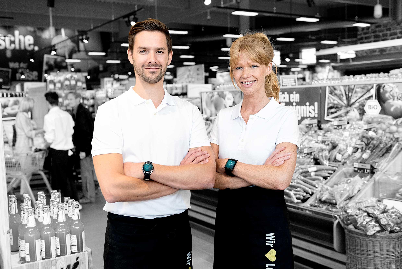 """Angestellte im Einzelhandel tragen Smartwatch mit ReAct """"Call to action"""" App."""