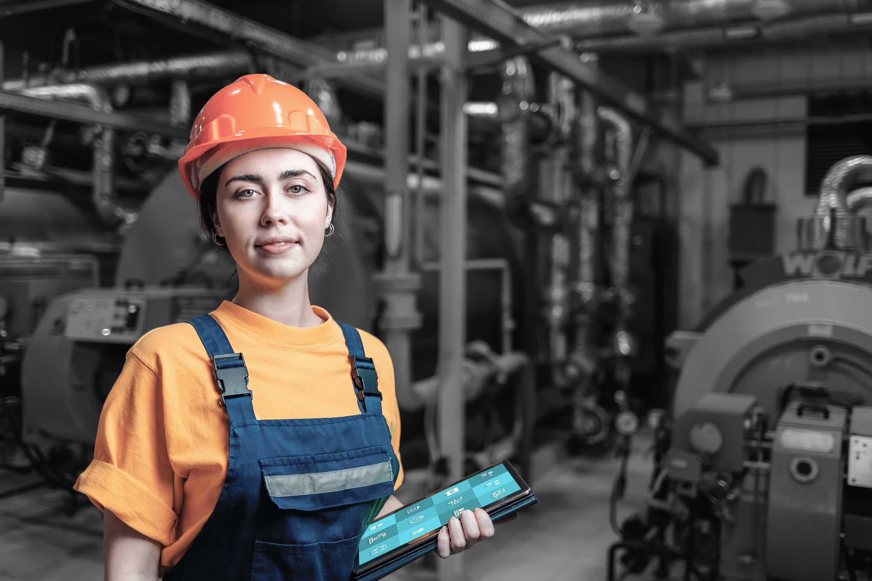"""Mitarbeiterin in Industrieanlage mit Tablet und ReAct """"Call to Action"""" App"""