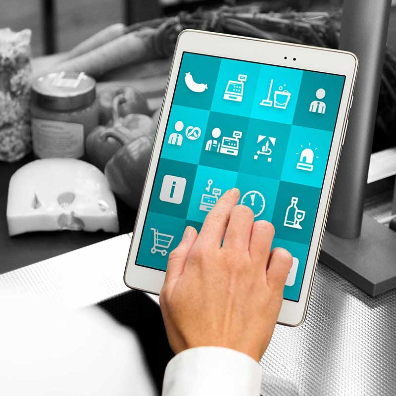 """Tablet mit ReAct """"Call to action"""" App im Kassenbereich. Einzelhandel."""