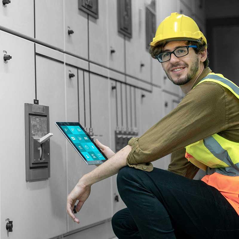 """Techniker mit Tablet, auf dem die """"Call to action"""" App läuft. Industrie-Anlage."""