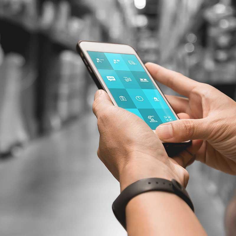 """Smartphone, auf dem die """"Call to action"""" App im industriellen Umfeld läuft."""