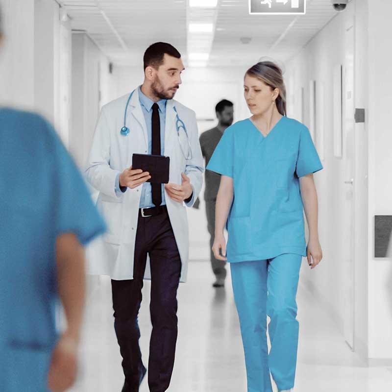 """Mediziner mit Tablet, auf dem die """"Call to action"""" App läuft."""