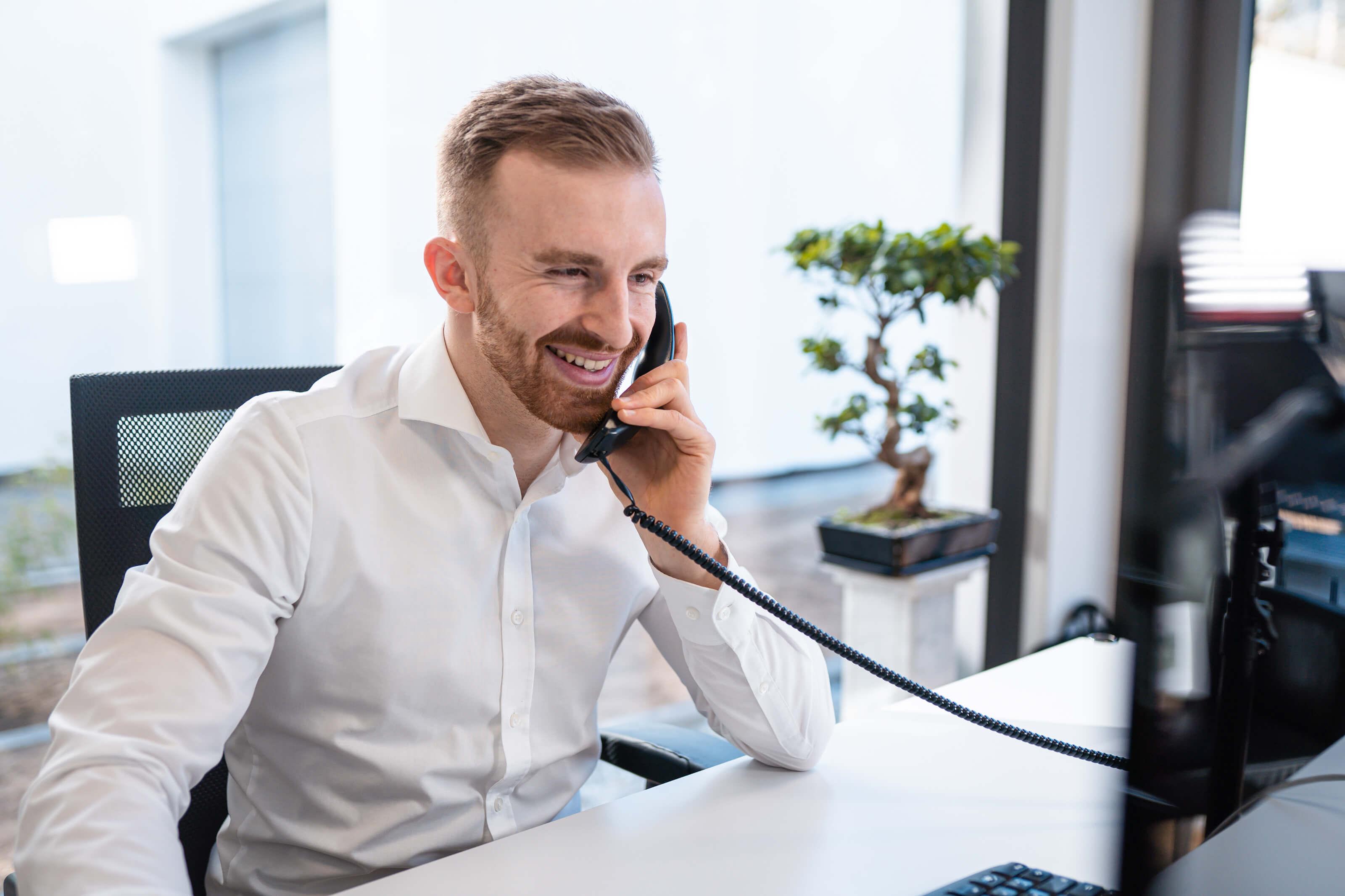 Alexander Voltmer führt ein Kundengespräch am Telefon