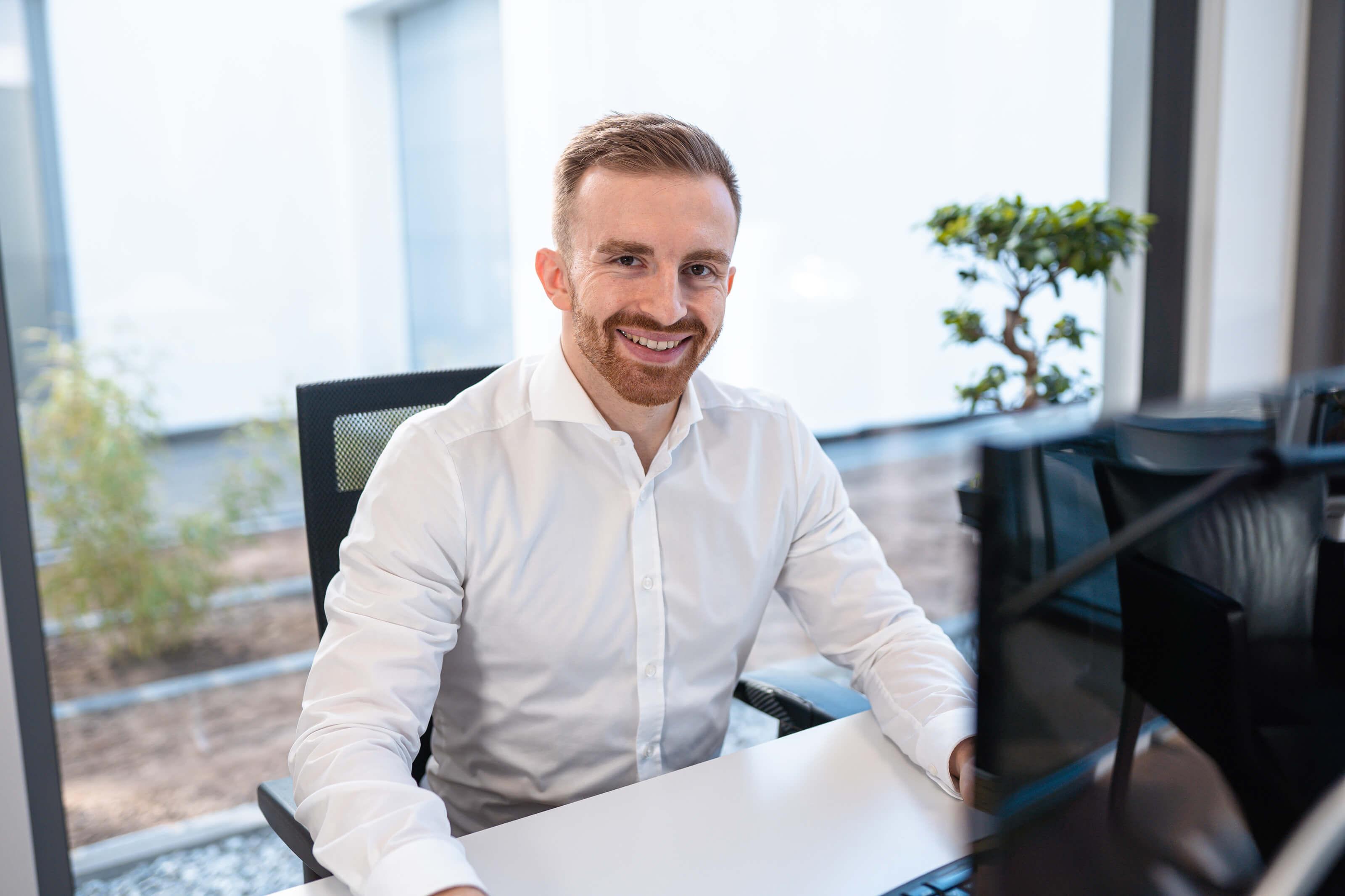 Alexander von Voltmer Immobilien bereitet am Computer eine Immobilie für den Verkauf vor