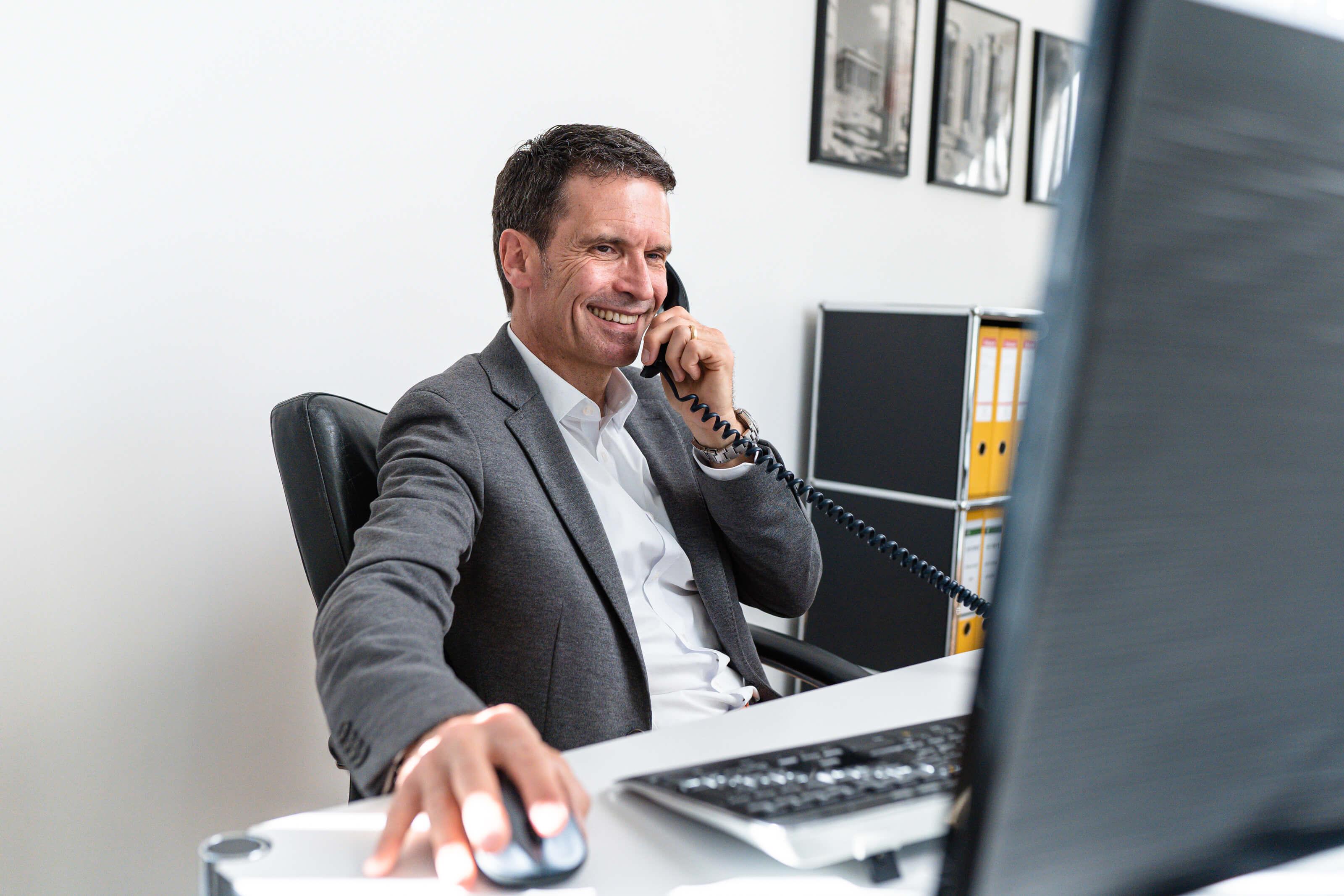 Der Geschäftsführer Michael Voltmer, Hauptverantwortlicher für die Immobilienbewertung berät telefonisch einen Kunden