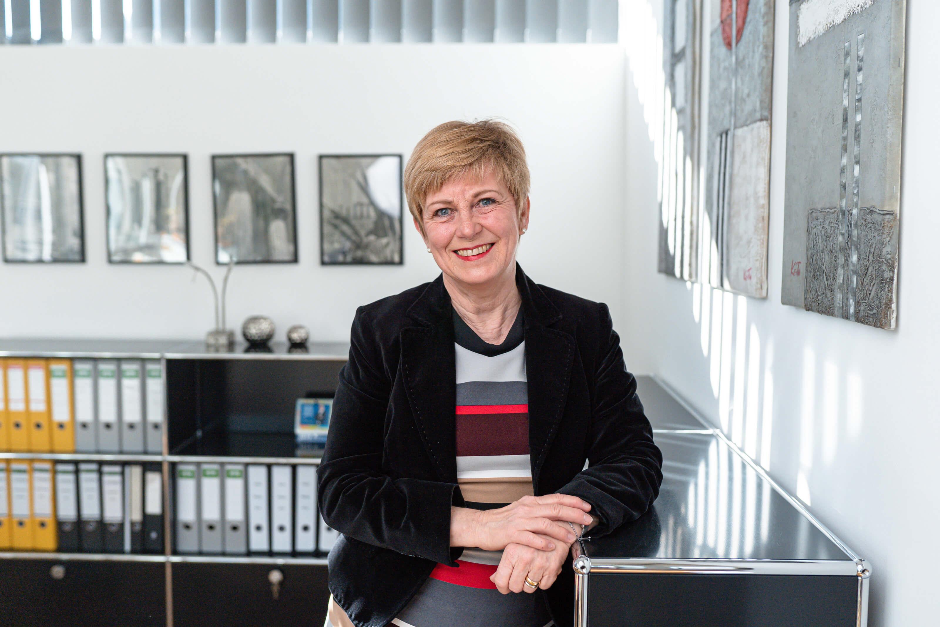 Birgit Voltmer - verantwortlich für die Hausverwaltung bei Voltmer Immobilien - steht im Büro