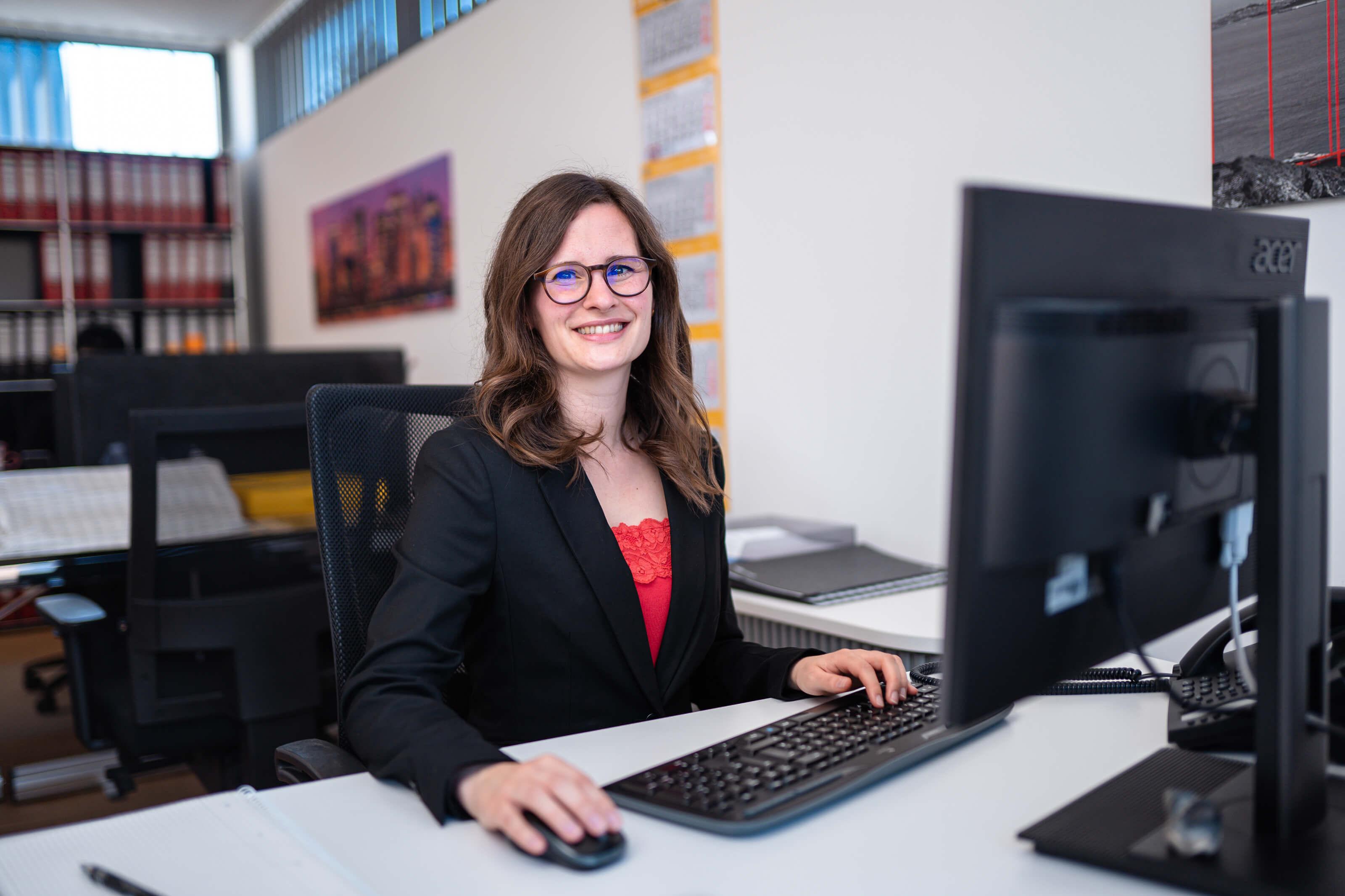 Carolin Voltmer - verantwortlich für die Vermietung bei Voltmer Immobilien - sitzt am Schreibtisch