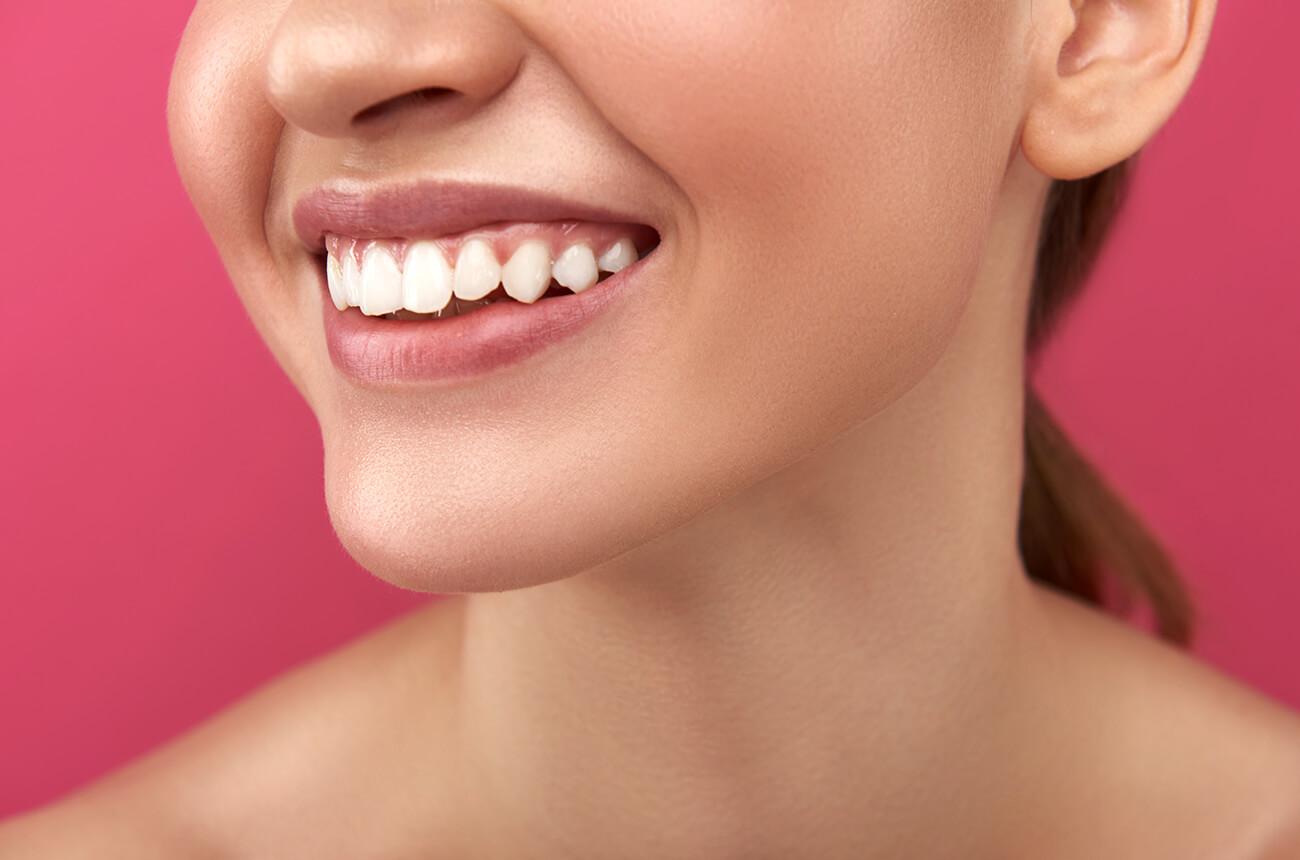 Portrait einer Frau mit weißen Zähnen.