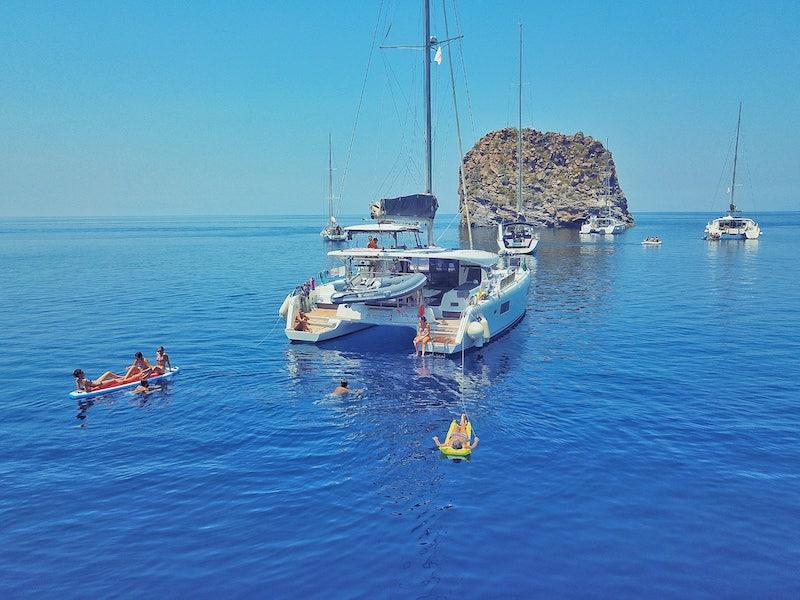 charter-catamaran-party
