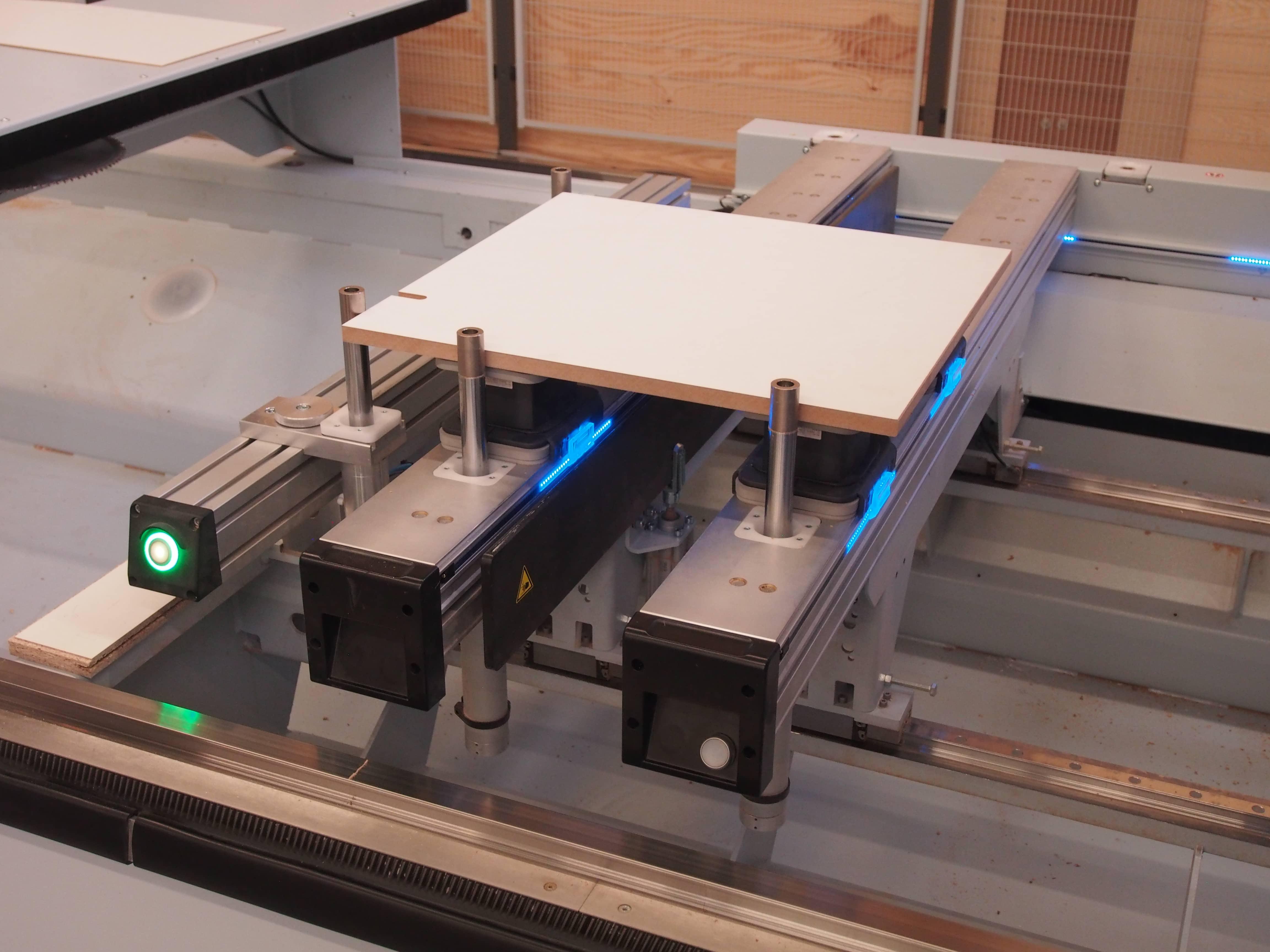 Eine CNC Fräse schneidet das Glas für unsere Telefonkabinen.