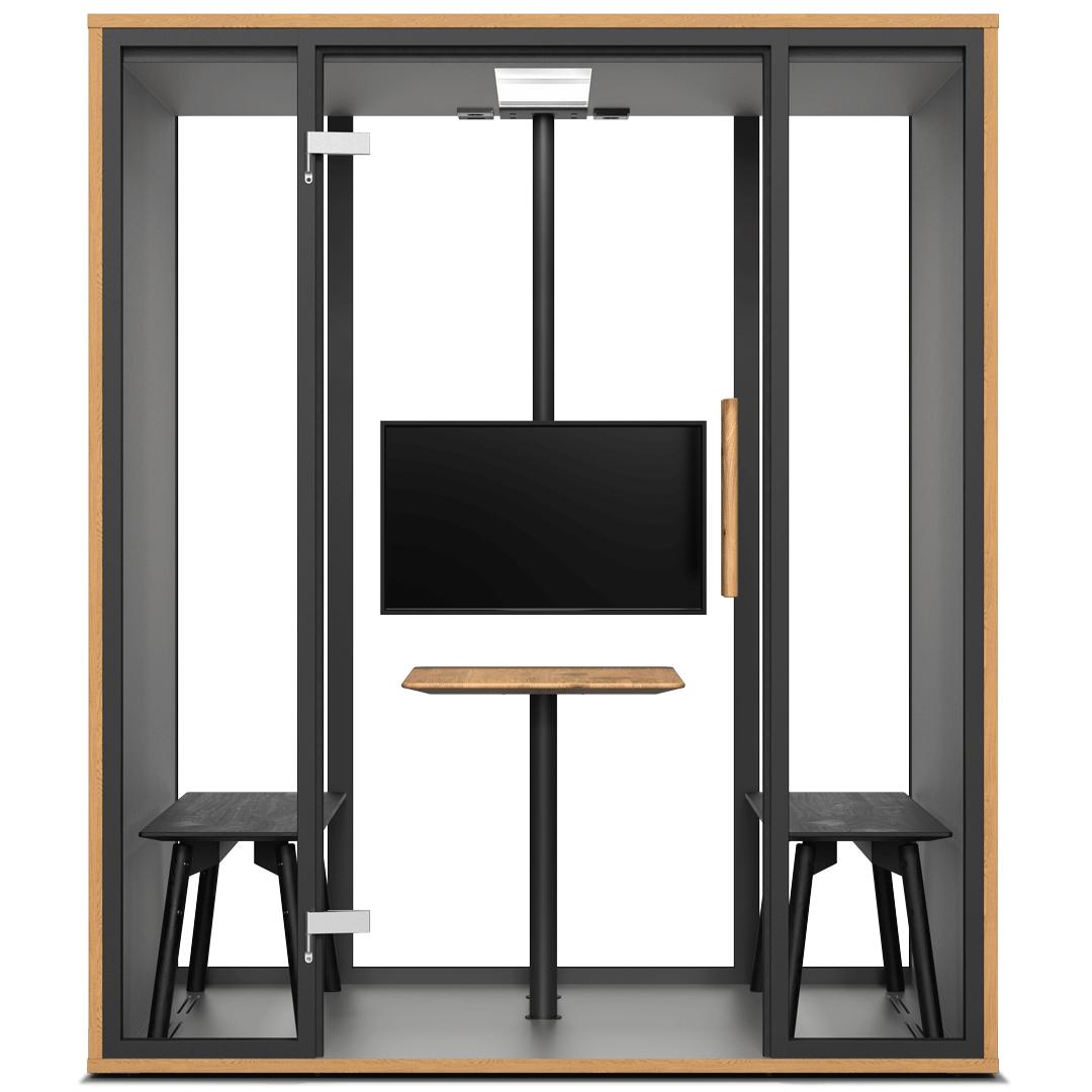 Eine frontale Ansicht der Meetingbox mit einem schwarzen Stahlrahmen, Monitor, Bänken, hellem Tisch und einer Glasfront.