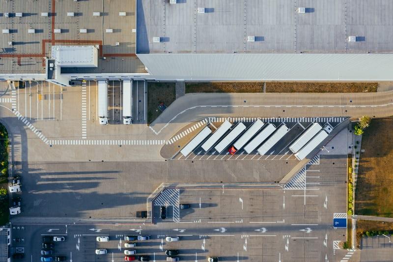Vogelperspektive eines Industriegeländes wo Telefonkabinen hergestellt werden.