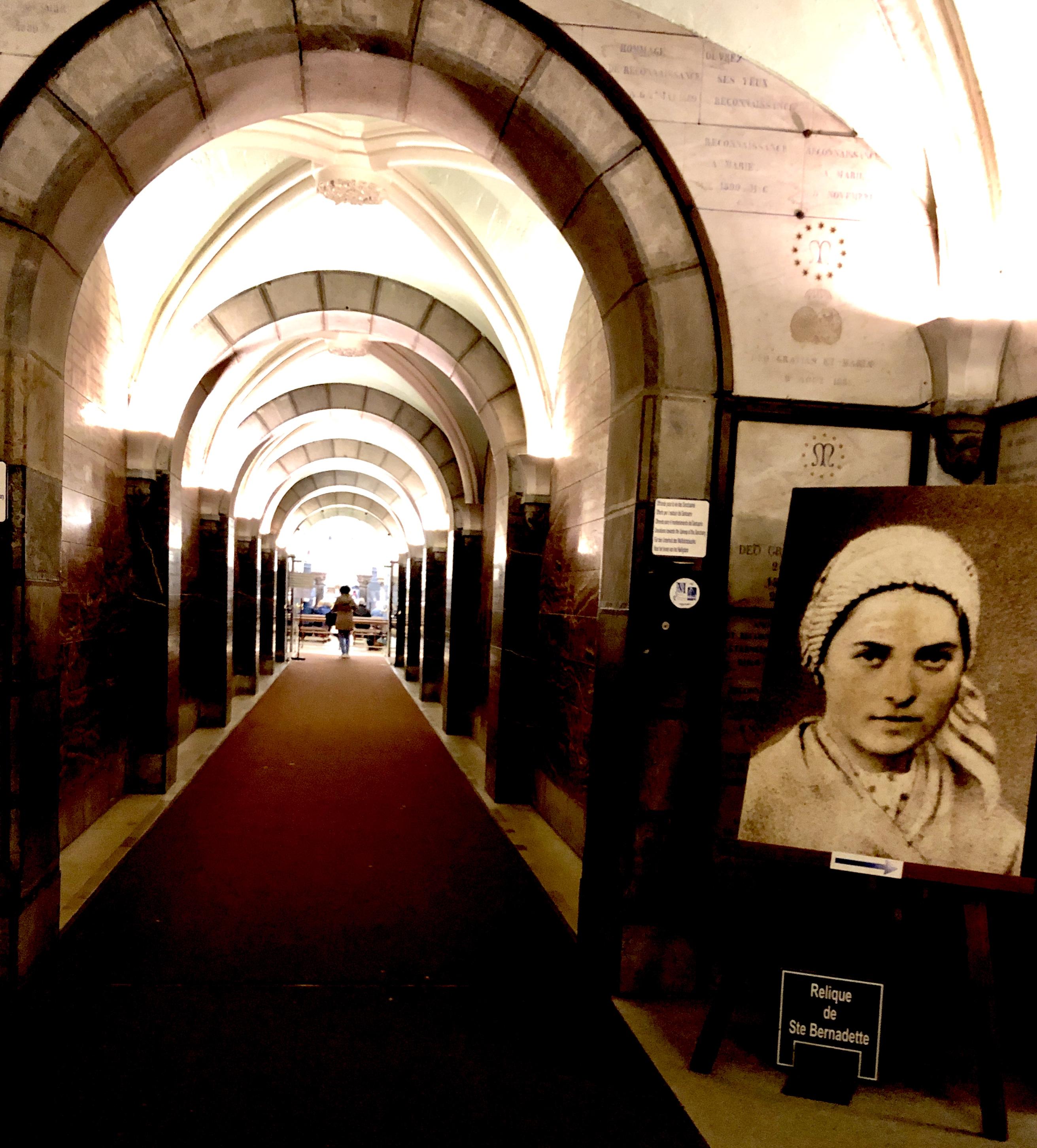 Bernadette, der 1858 die Jungfrau Maria in Lourdes erschien, lebte im Kloster St. Gildard in Nevers. Ihre Aufzeichnungen sind wegweisend für die Menschen...