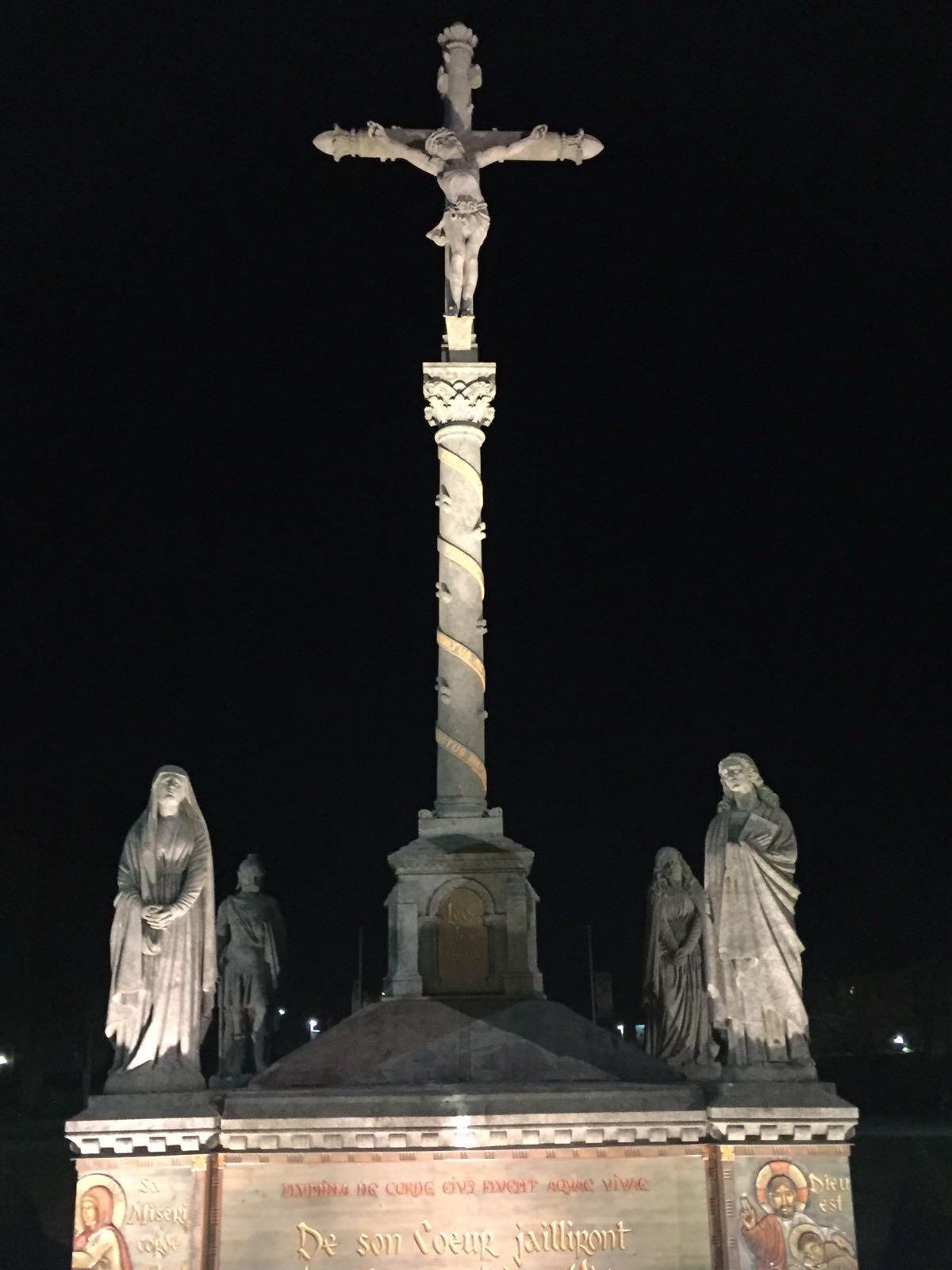 Die Jungfrau Maria erschien 1858 der 14 Jahre alten Bernadette in Lourdes. Sie brachte Bernadette bei, das Kreuzzeichen ordentlich zu machen. Mit dem Kreuzzeichen eröffnen die katholischen und orthodoxen Christen ihr Gebet. Es ist die Türe zu Gott.