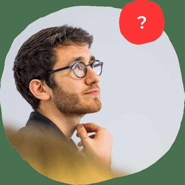 Homme qui se pose une question