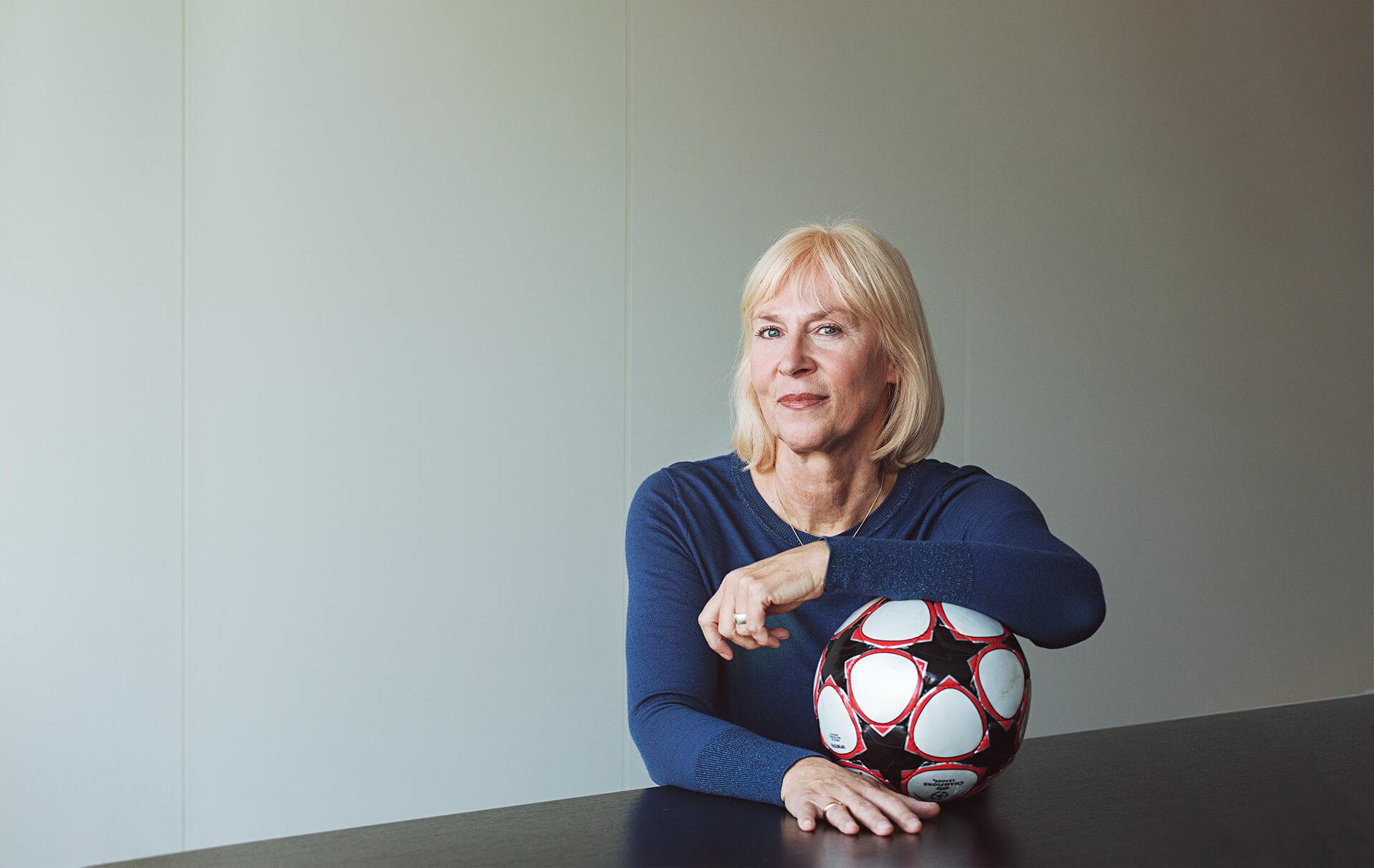 Gaby Papenburg mit Fußball