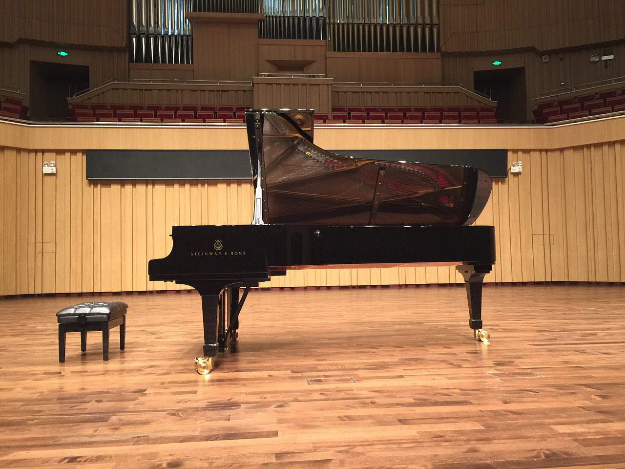 Piano in concert hall Picture of: kailingpiano from Pixabay