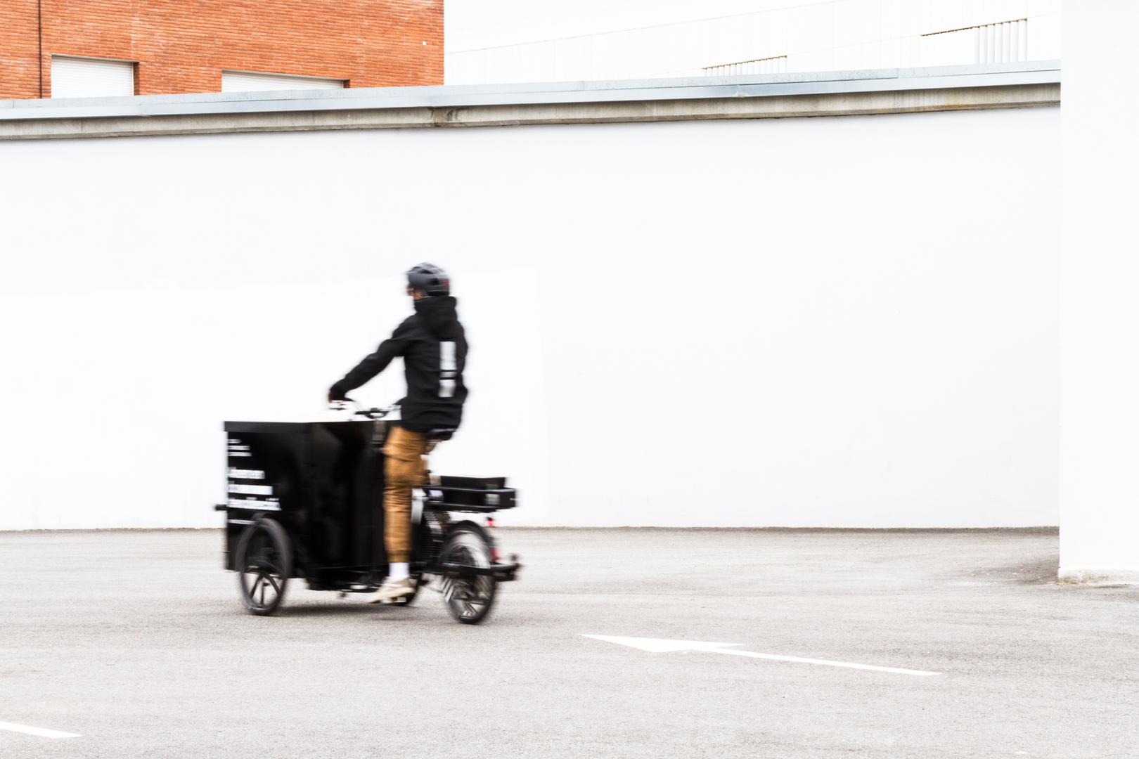Foto en moviment del tricicle d'esquenes.