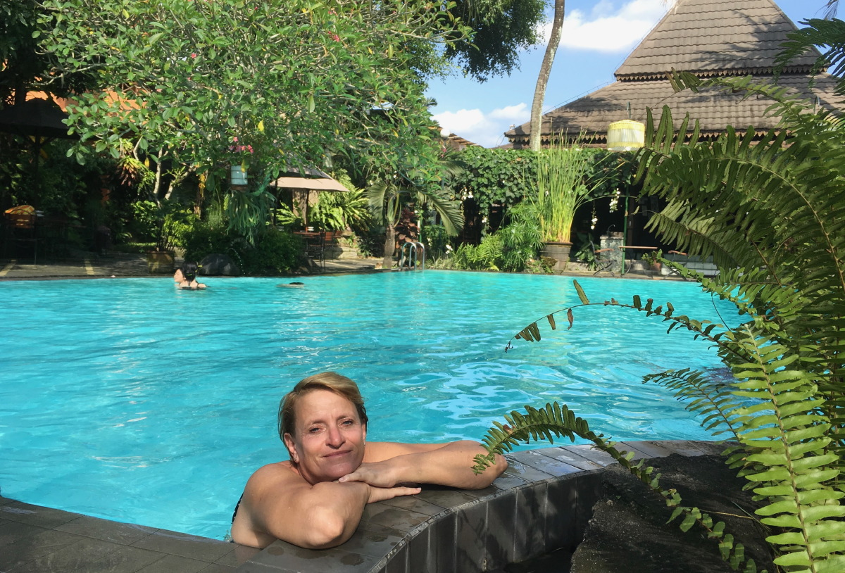After 3 long days filled with temple visits, mountain hikes and intermittent car rides through heavy traffic, time to relax and enjoy the swimming pool in our hotel!