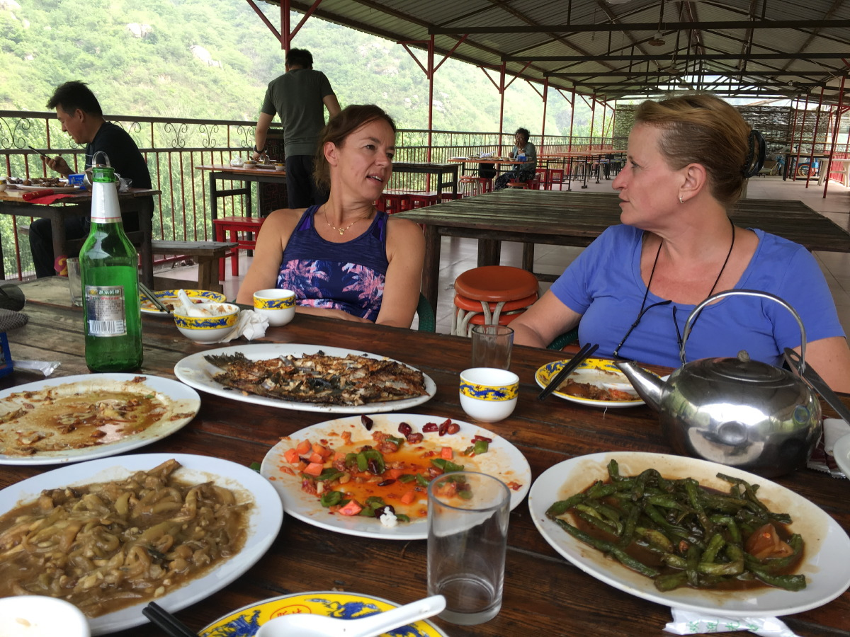 Huanghuacheng lunch. Okay, two other tourists. We were a group of 4 with guide. Turns out the others were acquaintances from Kattenlaan (tennis club in Amsterdam)! Lunch was amazing!