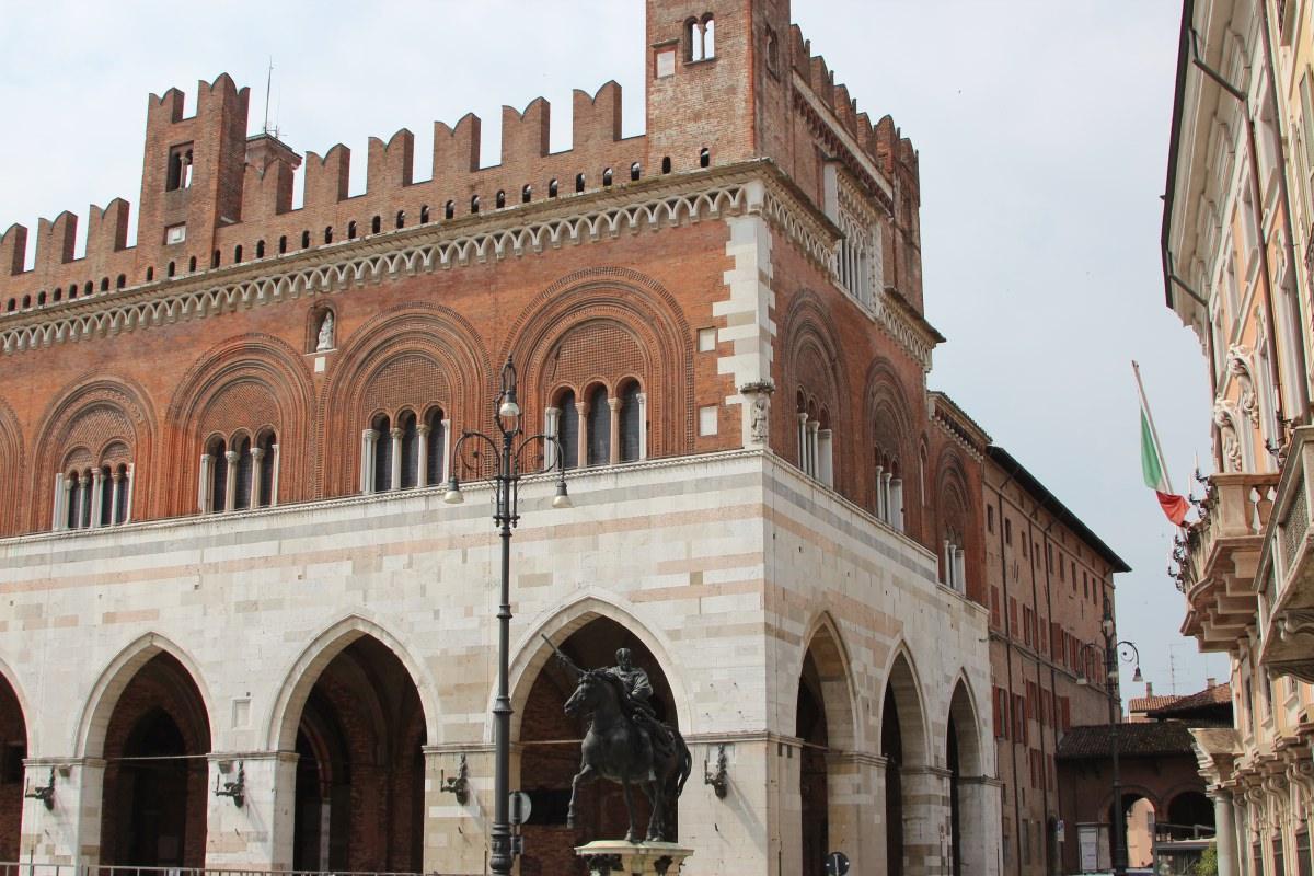 Full of mosquito bites, we looked around the nice city of Piacenza.