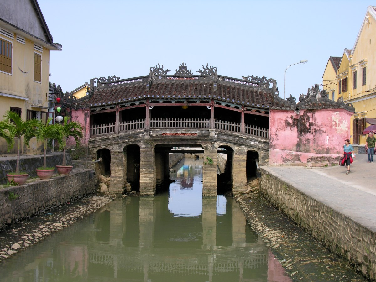 The old bridge in town (Chùa cầu) is a unique covered structure built by the Japanese, the only known covered bridge with a Buddhist pagoda attached to one side.