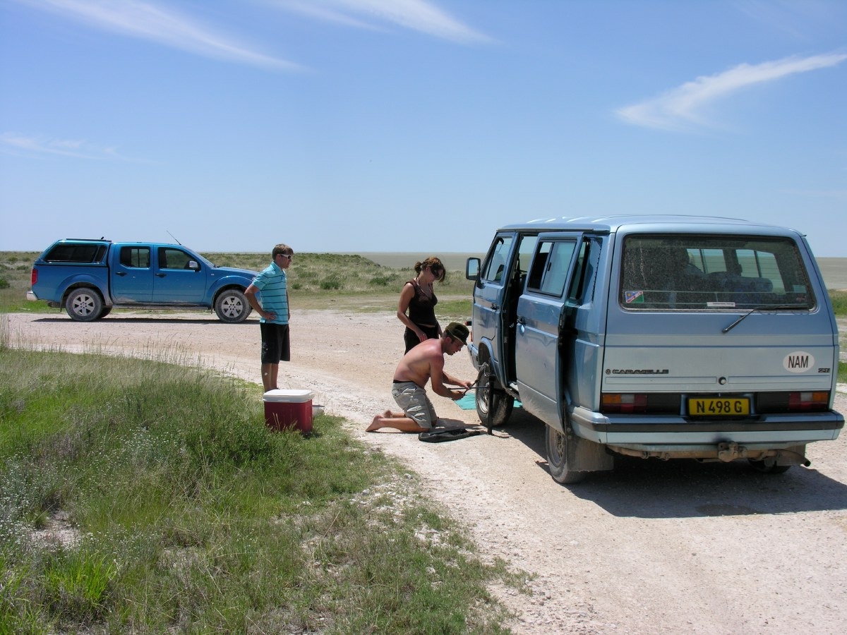 We met a nice couple of Namibians showing friends from Germany around in their country. Struggling with a flat tyre...